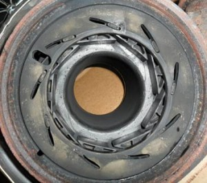 En esta imagen, las paletas del turbo está conectado a una rueda que gira unos pocos grados en cualquier dirección para mover las paletas. La rueda se mueve desde el brazo que está situado en la carcasa superior de la rueda exducer. Aquí, las paletas se encuentran en una posición cerrada, que se va a cortar los gases de escape entrantes de hacer girar la rueda de la turbina.